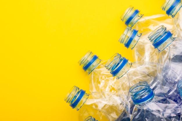 Draufsicht alte klare plastikwasserflasche