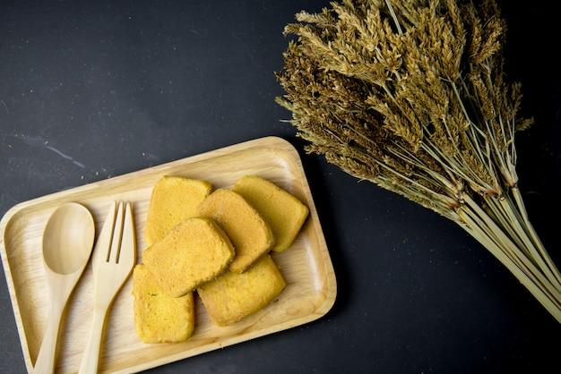 Draufsicht ananaskuchen oder ananasgebäck-tortenkuchen mit ananasmarmelade auf hölzernem behälter. süßes traditionelles taiwanesisches gebäck, das butter enthält. obst. dessert.