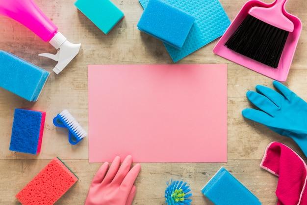 Draufsicht anordnung mit blatt papier und reinigungsmitteln