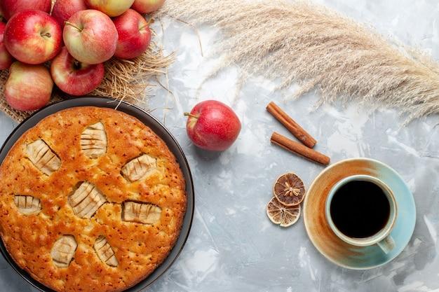 Draufsicht-apfelkuchen mit frischen äpfeln und tee auf dem weißen hintergrundkuchenzuckersüßbackkuchenfrucht
