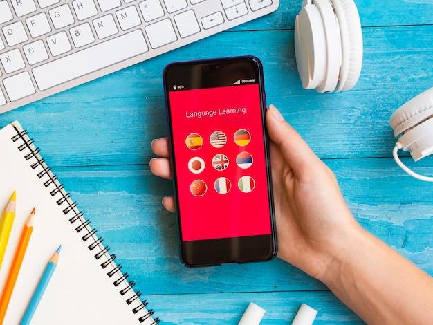 Draufsicht app zum erlernen einer neuen sprache am telefon