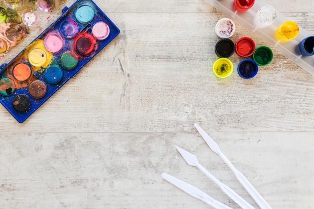 Draufsicht aquarellfarbe kopieren raum hölzernen hintergrund