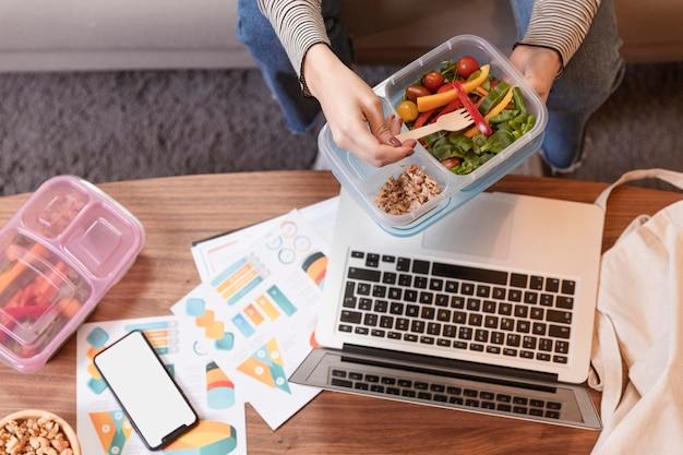 Draufsicht arbeit von zu hause und essen
