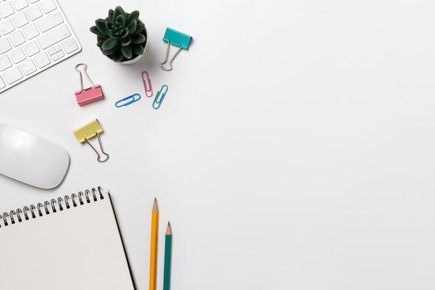 Draufsicht arbeitsbereich schreibtisch mit kaffee und büromaterial auf weißem hintergrund