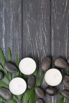 Draufsicht aromatherapie spa kerzen und steine