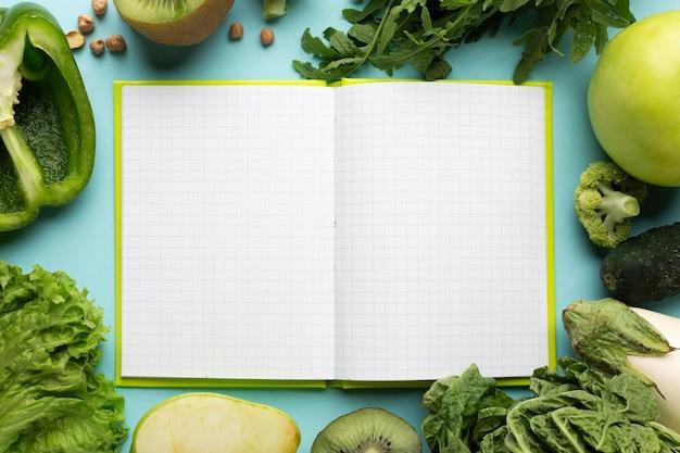 Draufsicht-arrangement mit essensplanungs-notizbuch