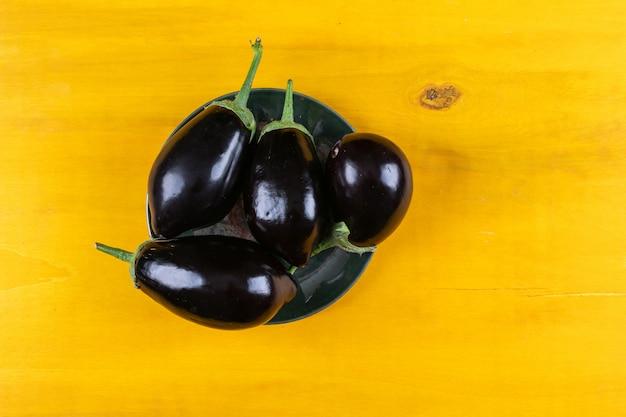Draufsicht auberginen auf teller. horizontal