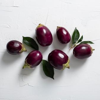 Draufsicht auberginen mit blättern