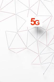 Draufsicht auf 5g sim-karte mit internet-kommunikationsnetz