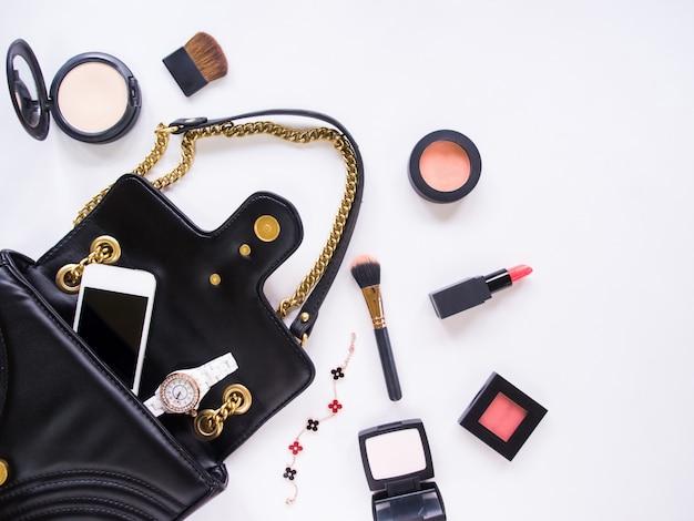 Draufsicht auf accessoires für frauen im sommer oder frühling.
