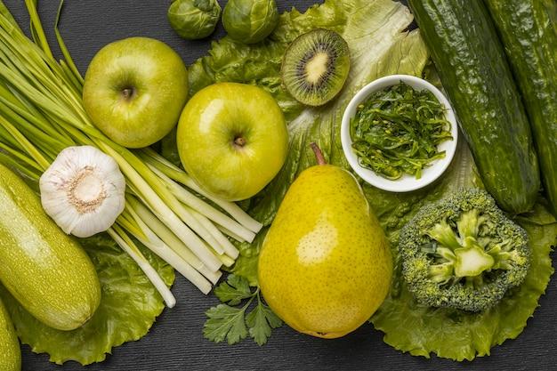 Draufsicht auf äpfel mit birne und schnittlauch
