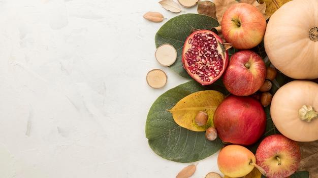 Draufsicht auf äpfel mit herbstlaub und kopierraum