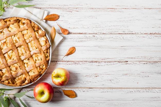 Draufsicht auf apfelkuchen zum erntedankfest mit blättern und kopienraum