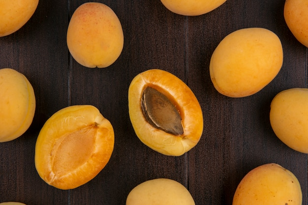 Draufsicht auf aprikosen auf holzoberfläche