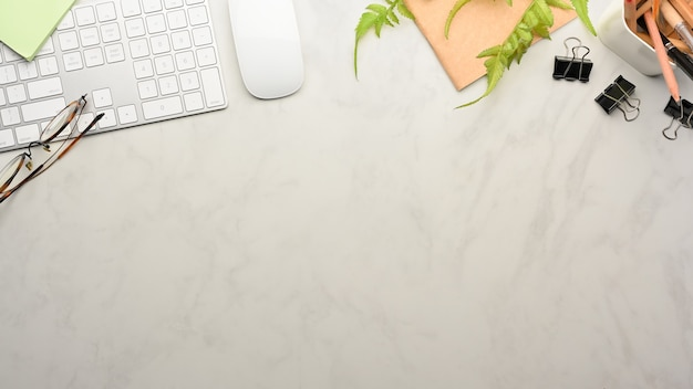 Draufsicht auf arbeitsbereich mit computertastatur, zubehör und kopierraum im arbeitszimmer zu hause