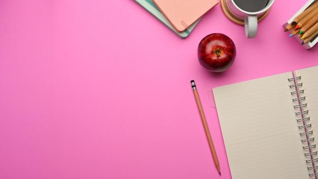 Draufsicht auf arbeitsbereich mit notizbuch, briefpapier, kaffeetasse und kopierraum im arbeitszimmer zu hause