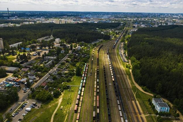 Draufsicht auf autos und eisenbahnen