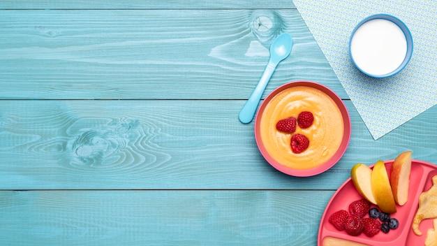 Draufsicht auf babynahrung mit äpfeln und kopierraum