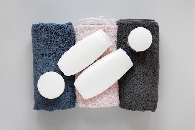 Draufsicht auf badeseife und handtücher