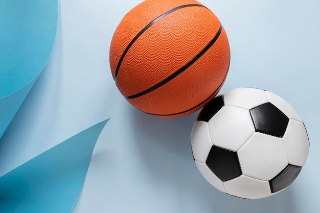 Draufsicht auf basketball und fußball