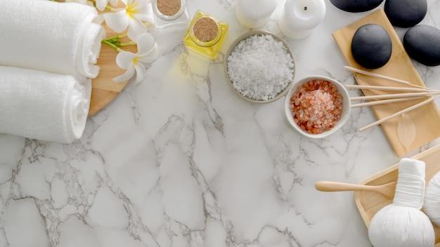 Draufsicht auf beauty-spa-behandlung und entspannungskonzept mit aromastift, spa-salz, hot stone und anderem spa-zubehör