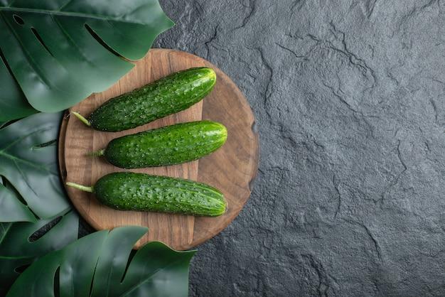 Draufsicht auf bio-gurke auf holzbrett