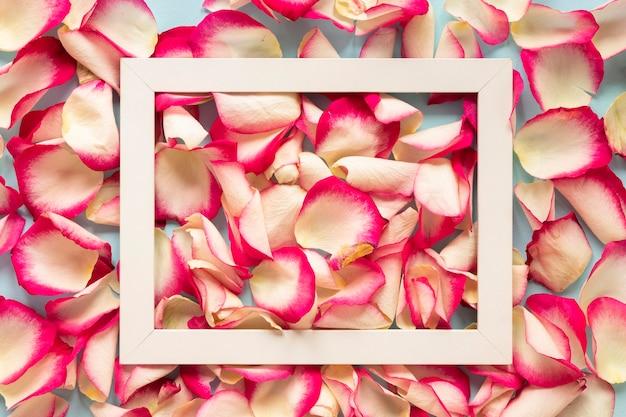 Draufsicht auf blütenblätter und rahmen für frauentag