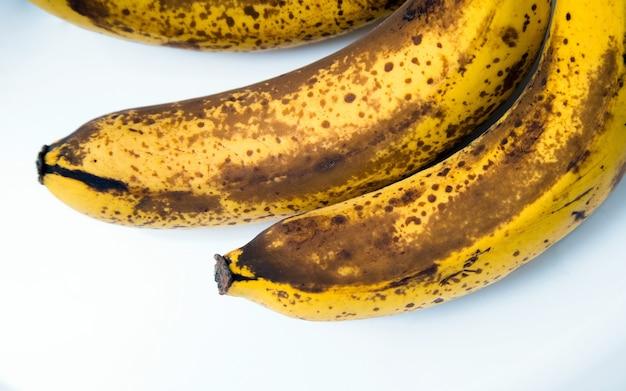 Draufsicht auf braun gefleckte bananen.
