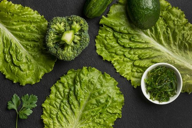 Draufsicht auf brokkoli mit sellerie