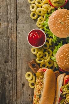 Draufsicht auf burger und hot dogs
