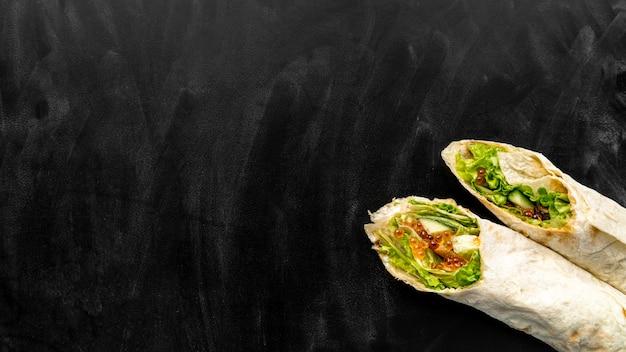 Draufsicht auf burritos mit kopierraum