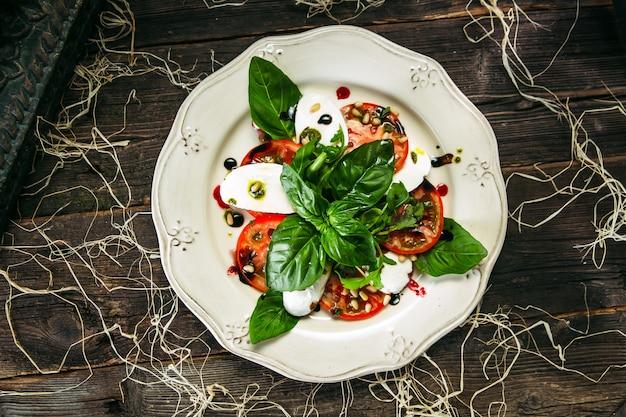 Draufsicht auf caprese-salattomaten und mozzarella