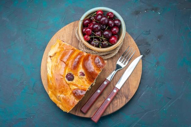 Draufsicht auf chery kuchenscheibe mit frischen sauerkirschen auf dunkelblauer, kuchen backen frucht dunkelheit