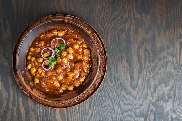 Draufsicht auf chole masala oder chana indisches essen aus gekochten kichererbsen