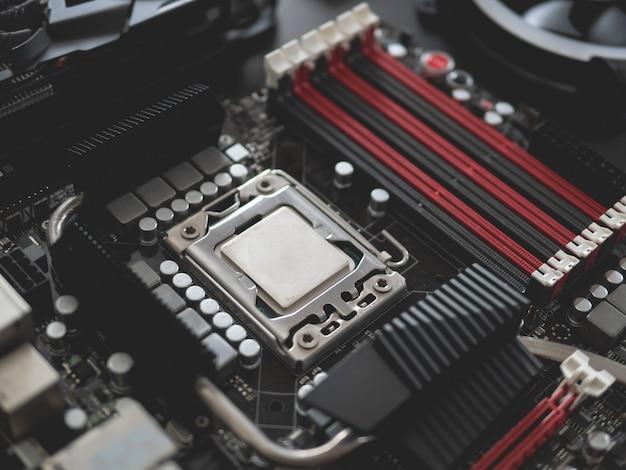 Draufsicht auf computerteile mit festplatte, ram, cpu, grafikkarte und hauptplatine auf schwarzem tischhintergrund.