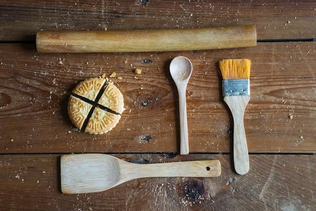 Draufsicht auf cookie mit utensilien aus holz