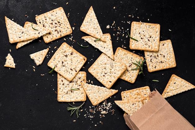 Draufsicht auf cracker mit papiertüte
