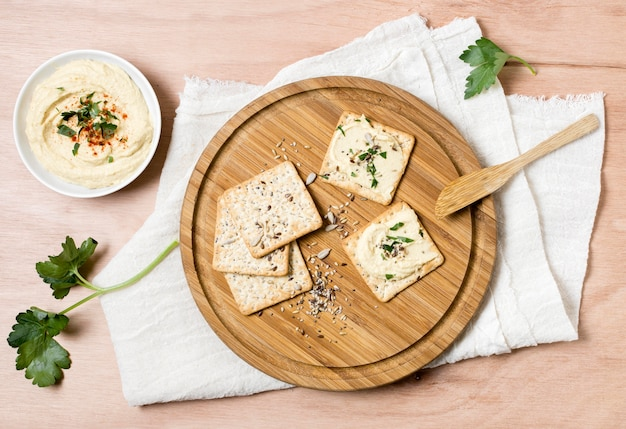 Draufsicht auf cracker mit schüssel hummus