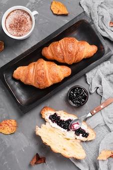 Draufsicht auf croissants und marmelade