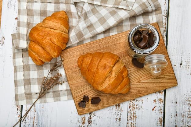 Draufsicht auf croissants und pralinen in einem glas