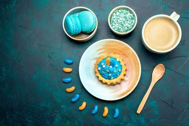 Draufsicht auf cupcake mit kleinen süßigkeiten und leckerem kaffee