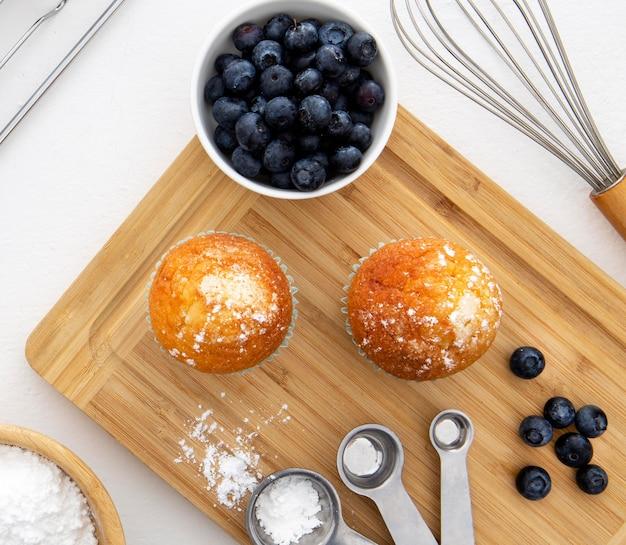 Draufsicht auf cupcakes und blaubeeren