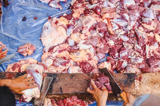 Draufsicht auf das hacken von fleisch am islamischen tag von eid aladha