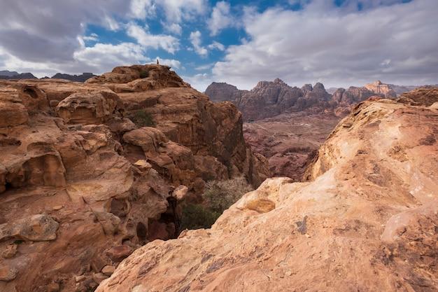Draufsicht auf das leere tal der stadt petra von einem wanderweg mit felsen unter der heißen sonne. wüstengebirgslandschaft in jordanien