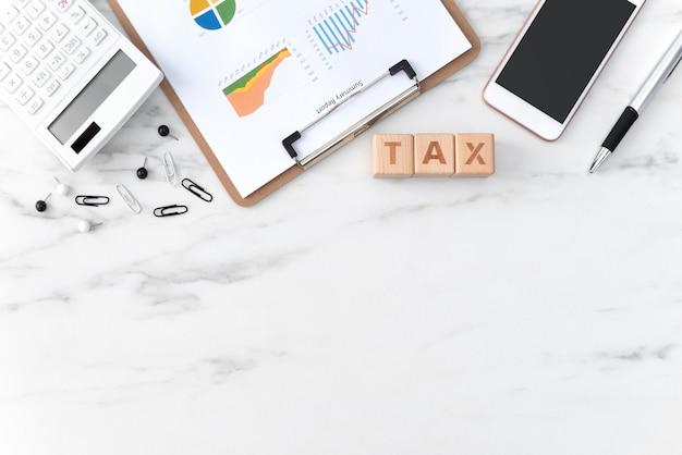 Draufsicht auf das lesen der übersicht und das berechnen, steuern zahlen mit smartphone aus dem internet.