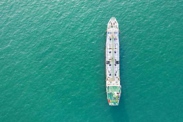 Draufsicht auf das schiff, das den lpg- und öltanker im meer trägt