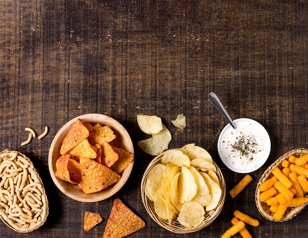Draufsicht auf das sortiment von chips mit kopierraum