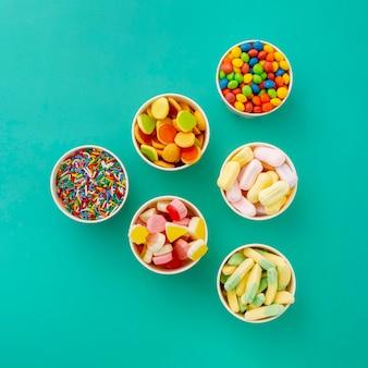 Draufsicht auf das sortiment von süßigkeiten in tassen