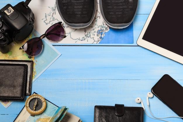 Draufsicht auf das zubehör des reisenden. reisekonzept. wesentliche urlaubsartikel, tourismusmodell