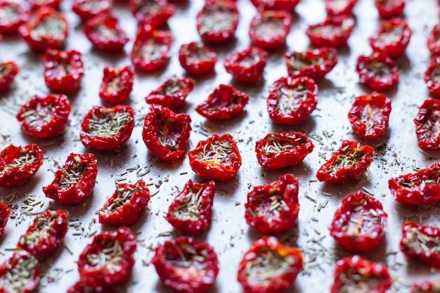 Draufsicht auf dehydrierte kroatische tomaten